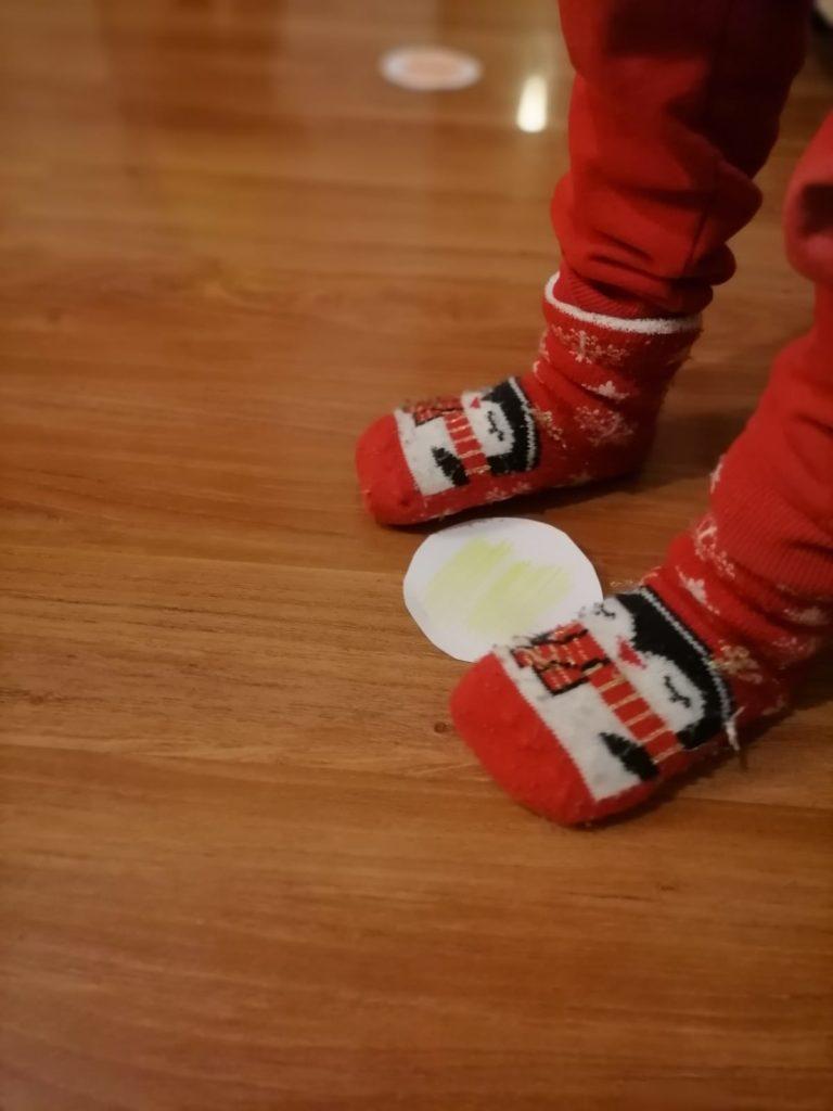 picioruse care se joaca leapșa pe culori